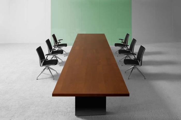 Tavoli riunione designer claudio bellini tavoli riunioni for Arredo sala riunioni