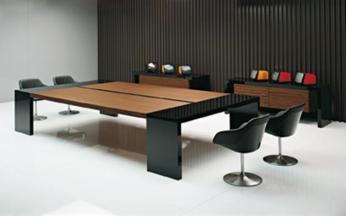 Arredamenti per sale riunioni eleganti ed importanti. TAvoli riunioni e meeting di alta qualità.