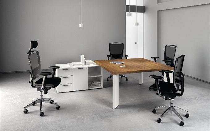 Arredi per sale meeting, sale riunioni. Tavoli riunioni design moderno raffinato con gambe in ...