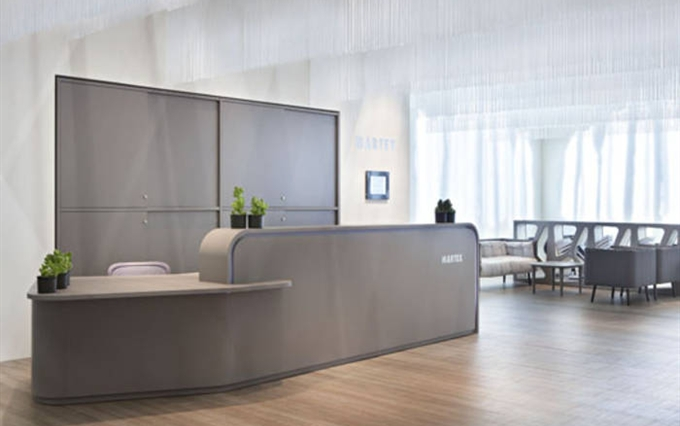 Nuova linea di arredi eleganti per reception banconi for Banconi per ufficio