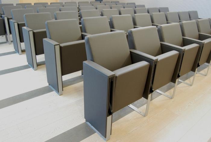 Poltrona per sale conferenza cinema auditorium e teatri for Sedie ufficio usate
