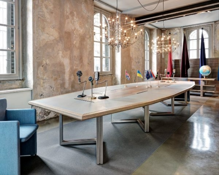 Tavoli riunione Tecno a Brescia, Bergamo. Sale meeting Vara design Luca Scacchetti