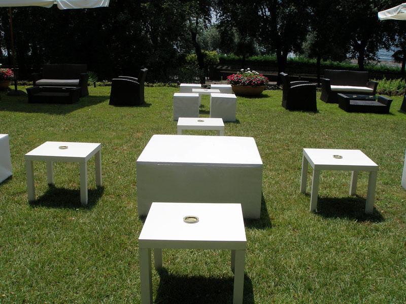 Noleggio arredi per stand e fiere sedie sgabelli tavoli for Tavoli ovali bianchi